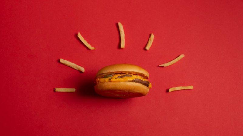 赤色の壁紙にハンバーガーとポテト